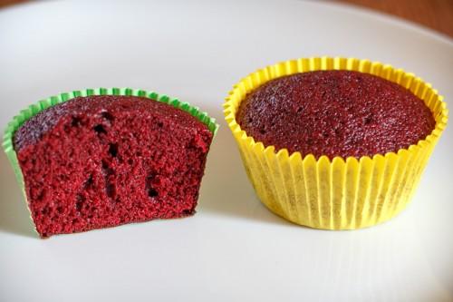 Red velvet cupcake halveret, så man kan se den flotte røde farve