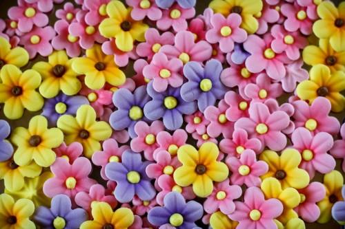 Blomster lavet i indfarvet gumpaste, skygget med airbrush og midterkugle i tyllet royal icing