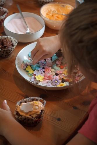Mika pynter cupcakes