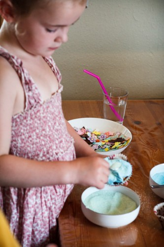 Helena pynter cupcakes