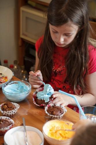 Døgg pynter cupcakes