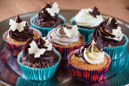 Vanilje og chokolade cupcakes med mørk og hvid ganache, mint ganache og lakrids ganache