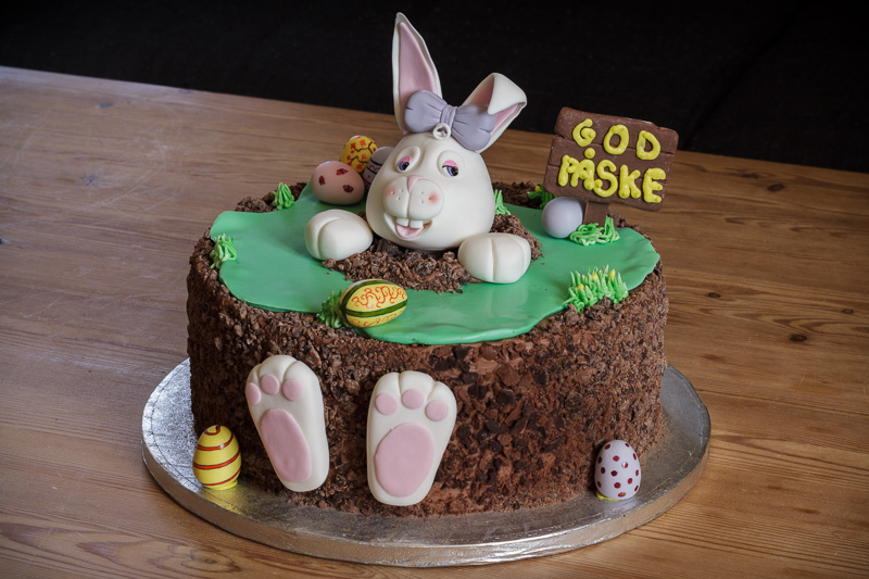 Påskekage med kanin og håndmalede æg