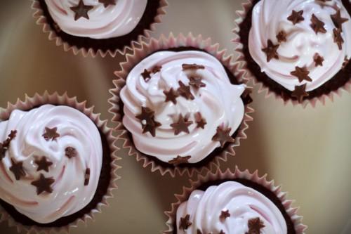 Chokolade cupcakes med marshmallow frosting, ovenfra