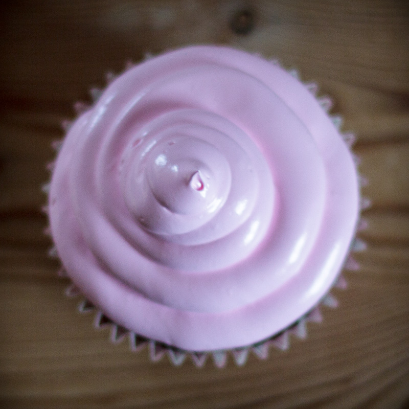 Cupcake med hindbær marshmallow frosting