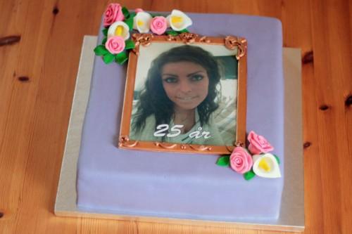 Fødselsdagskage med sukkerprint og blomster